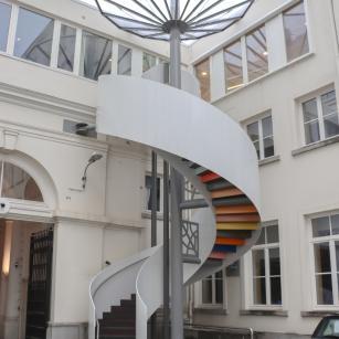 De nieuwe buitentrap / Le nouveau escalier extérieur